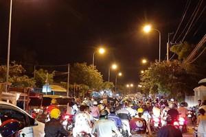 Nửa đêm, người dân vật vã vì kẹt xe trên cầu Phú Cường