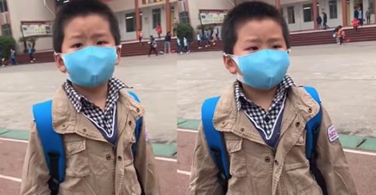 Đến trường sau kì nghỉ dịch, cậu bé vừa đi vừa khóc vì quên mất lớp mình nằm ở đâu