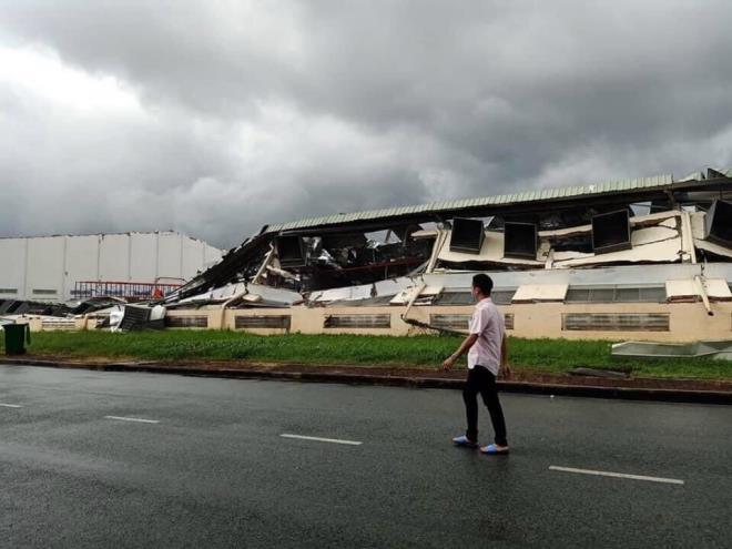 Cận cảnh lốc xoáy cuốn bay mái tôn lên không trung, kéo nhà xưởng gần 10.000m2 đổ sập