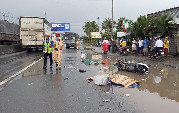 Tiền Giang: Tránh vũng nước, đôi nam nữ bị xe tải cán tử vong