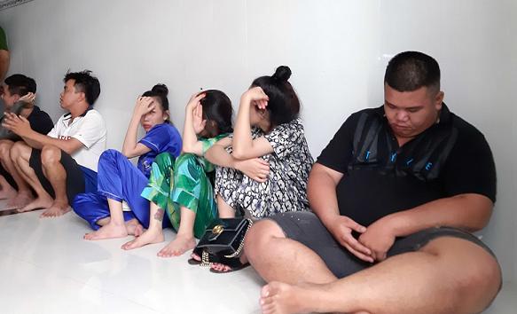 Tiền Giang: Đột kích hai căn nhà phát hiện nhiều nam nữ phê ma túy