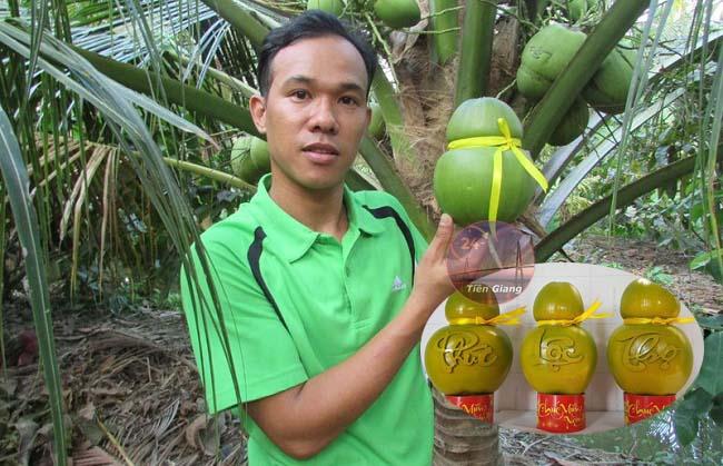 Tạo hình độc đáo trực tiếp trên cây, chàng trai Bến Tre bán dừa giá tăng gấp chục lần trái thường khiến mọi người thán phục