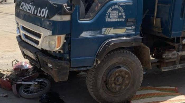 Tiền Giang: Xe tải chở đất tông xe máy mẹ đèo con, bé gái 4 tuổi tử vong
