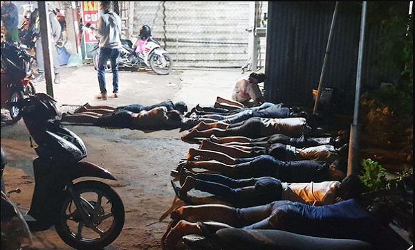 Cảnh sát mật phục bắt nhóm 'quái xế' đua xe ở miền Tây
