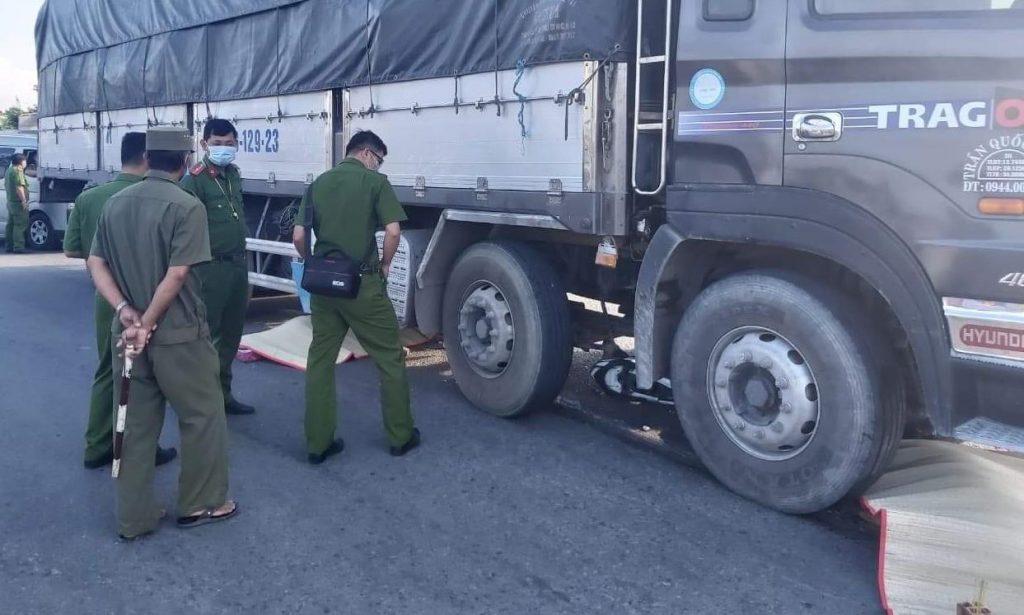 Xe tải cuốn xe máy vào gầm, 2 người tử vong thương tâm