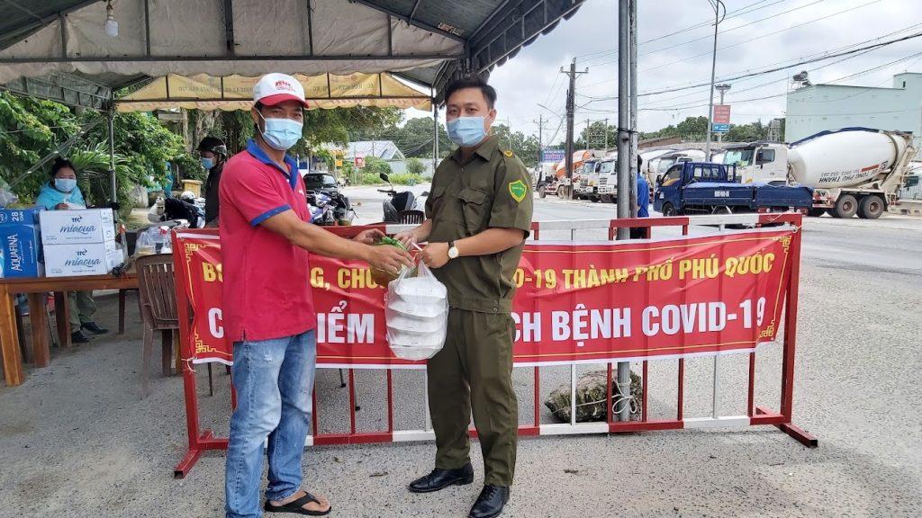 Người dân Phú Quốc làm bánh, nấu ăn tiếp sức các chốt kiểm soát dịch Covid-19