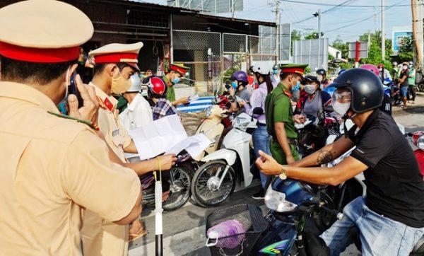 Công an và quân đội đưa 300 người miền Tây về quê
